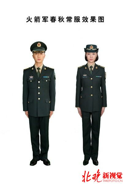 火箭军今起换发新式军装 胸标亮了