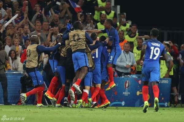 说实话,上一场看到法国队开场就落后爱尔兰,真的有点吃惊,博格巴的那个犯规有点太楞了,不过,除此之外爱尔兰真的是实力太差了,根本不足以给法国队造成威胁。格里兹曼的表现应该让德尚找到了主心骨,这个帮助马竞挺进欧冠决赛的小个子前锋,体内真是蕴藏着无尽的能量。 冰岛果然不出意外的击败了英格兰顺利晋级,就是没想到英格兰队会被冰岛攻入两球,哈特的第二个失球,呵呵 咋说呢,英格兰队真是自从希尔顿之后就没有过靠谱的门将,看看德赫亚、布冯高接抵挡阻止的那些进球,再看看哈特的失球,霍奇森辞职是对的这么大岁数受不