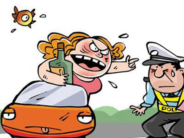 2016年7月10日讯,近日,重庆一名女司机酒驾被查,不肯接受吹气检测现场大闹,撩裙子露肩膀为难交警,看到有女民警赶到后,竟然企图弃车而逃,结果被当场控制。  酒驾女司机 图文无关 据了解,酒驾女姓叶,今年31岁。6日晚21时左右,江北区交巡警支队五里店大队交巡警在辖区路段设卡检查。在北城路珠江太阳城段,叶某驾驶途观SUV,发现前方有民警设卡后,便朝着支路驶去,随后被拦了下来。
