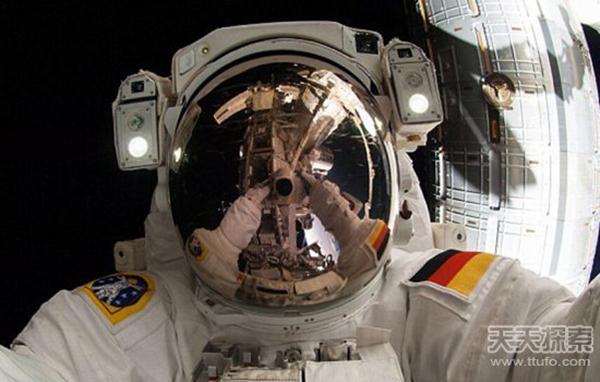 太空行走玩起自拍 网友调侃:自拍族已冲出地球走向宇宙了