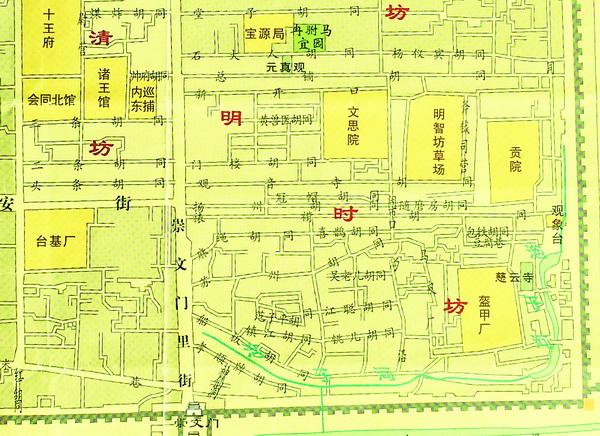 据《汤显祖诗文集问棘邮草》记载,汤显祖五度进京会试,均住在西裱褙胡同。第五次参加会试得中后,他在礼部观政,期间也住在西裱褙胡同,就是后来到外地任职,每次进京,他同样是把西裱褙胡同作为他的居所。 西裱褙胡同附近曾有东裱褙胡同和南裱褙胡同,明代《京师五城坊巷胡同集》都叫裱褙胡同,隶属明时坊。因胡同靠近贡院考场,买卖字画者甚多,所以胡同内从事裱糊者也多,故称裱糊胡同。清代属正蓝旗,乾隆时期仍称裱褙胡同。胡同东通城墙,西至崇文门内大街,中跨闹市口。清宣统年间分称东裱褙胡同、西裱褙胡同,其附近呈