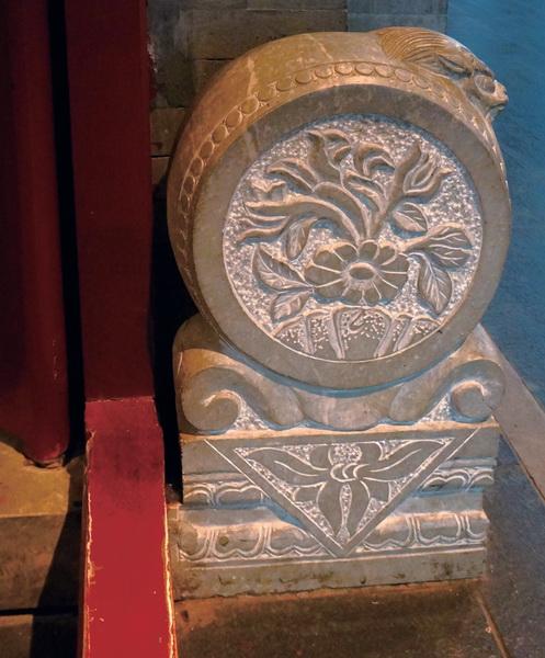 门墩是四合院的大门底部起到支撑门框,门轴作用的一个石质构件.