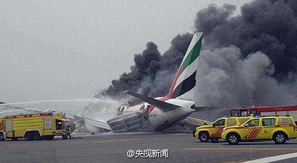 阿联酋客机事故 飞机起落架无法放下用机腹紧急着陆