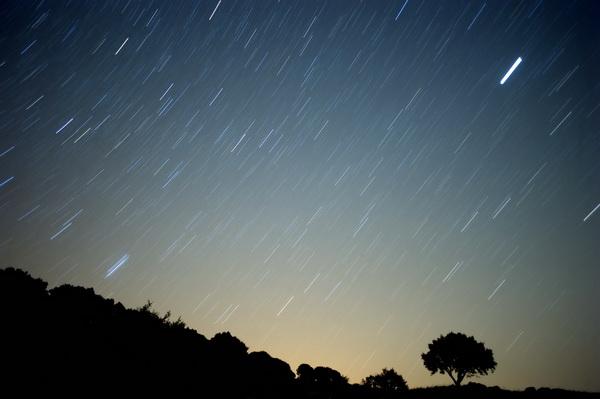 当三星伴月渐渐从西南的天空落下,大家期待多时的英仙座渐渐从东北方的天空升起。王玉民介绍,英仙座流星雨是一年中最稳定的流星雨之一,每年都在夏末秋初准时现身,其活跃期可从7月17日持续至8月24日。除了流量稳定外,还有亮流星多、流星雨极大、持续时间长等特点。 今年极大的时段预计在夜间9时至12时之间,然而这之前之后流量都不小,尤其是月渐西沉的后半夜,是观测的较佳时段。王玉民告诉记者,往年英仙座流星雨的小时天顶流量多在100至120颗之间。而今年由于受木星引力影响,尘埃带更加接近地球,可能将达150至16