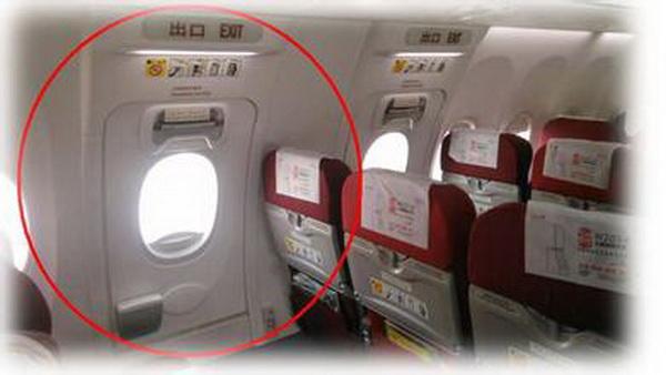 飞机上的应急舱门不能乱动