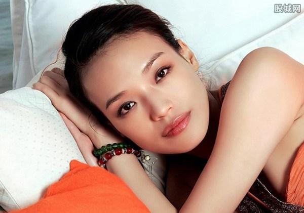 舒淇,女,1976年4月16日出生于台湾省新北市新店区,演员、模特。 她从高中开始就当上了业余模特。1996年从台湾到香港发展,被王晶发掘主演多部影片,后凭借尔冬升导演的《色情男女》获得香港电影金像奖最佳女配角、最佳新人两项奖项。 2001年登上美国《时代周刊》封面,并对舒淇进行了专访。2005年凭借《最好的时光》获得台湾电影金马奖最佳女主角奖。2008年担任第58届柏林国际电影节评委。2009年担任第62届戛纳国际电影节评委;同年,舒淇凭借《非诚勿扰》获得第13届中国电影华表奖优秀境外华裔女演员奖。2