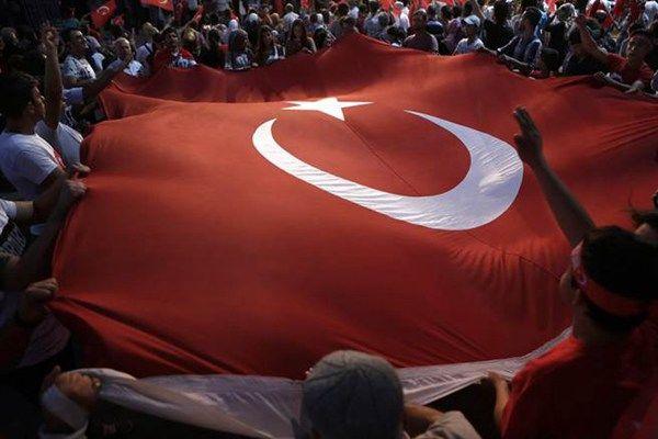 土耳其人7月25日在伊斯坦堡的塔克西姆广场挥舞国旗、抗议政变。(美联社)