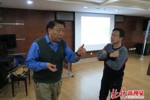 课后王老师还与影友们仔细交流心得。