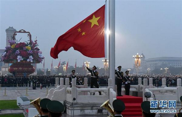 光紧紧追随缓缓上升的五星红旗-10万人观升国旗 共同见证祖国67岁