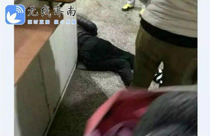 男子偷窥大学女澡堂 从天花板掉下砸伤一女大学生