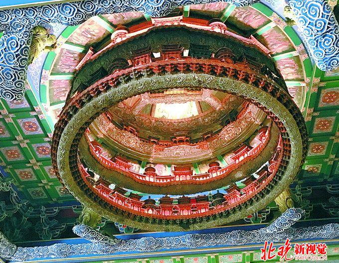 2016年11月11日讯,看腻了路网纵横、高楼林立的现代城市,相信很多人像我一样,对亭台楼阁、飞檐斗拱的中国古建,有着分外的向往和好奇。在专业人士的建议下,上周末我来到北京古代建筑博物馆涨姿势。  建筑博物馆隆福寺藻井 北京古代建筑博物馆是我国第一座收藏、研究和展示中国古代建筑技术、艺术及其发展历史的专题性博物馆。与其他拥有现代化馆舍的博物馆不同,这座古代建筑博物馆本身就坐落在古代建筑先农坛之中。静静伫立的古树、三三两两的游人,庙坛殿宇在冬季萧瑟的的阳光下更添几分肃穆庄严。进入正门后,路北侧是雄伟高