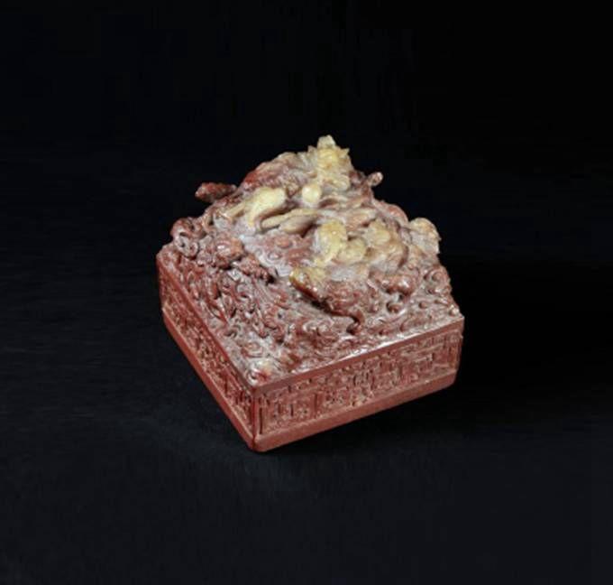 据英国广播公司网站12月15日报道,这件公元18世纪的玉玺用粉红色的玉石制作,上面雕刻有龙的造型,非常珍贵和罕见。 报道称,当天拍卖会上的竞争非常激烈,竞争者包括电话线上和现场的竞买人,最后的成交价格超过了预先估价的20倍。 这件玉玺属于清代乾隆皇帝,他被认为是中国历史上在位时间最长的君主,退位后仍然掌握着最高权力。 在乾隆皇帝长达60年的统治下,中国的财富和国力达到顶峰,疆土几乎扩大了一倍。 德鲁奥拍卖行说,这件玉玺上面的九龙造型象征着乾隆皇帝至高无上的权力和帝王权威。 报道称,尽管中国在乾隆皇帝统治下