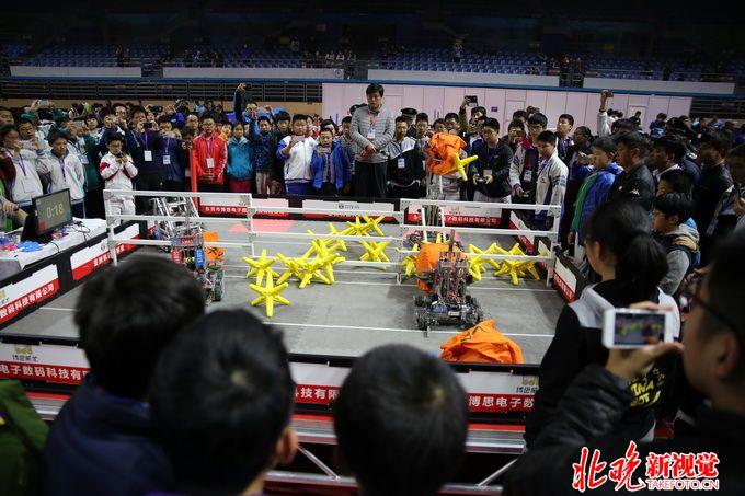 在北方交大附中思源智控机器人社团中,高二男生王获麟不仅是这个社团的社长,还是他们班的班长。作为双料班干部,他不仅学习成绩优秀,在机器人业务方面,也让同学们折服。 王获麟从小学二年级就开始在中国儿童中心学习乐高机器人,至今已经有9年学龄,要说9年能坚持下来,非常不容易。他说,他自己都没想到能坚持这么久。从第一眼看到这些机器结构很感兴趣,到逐渐有感觉,到现在简直停不下来,不知不觉,9年就过去了。王获麟学习机器人的热情非常高,没事儿的时候,他就在学校的机器人实验室里待着,待着就高兴。 9年时间