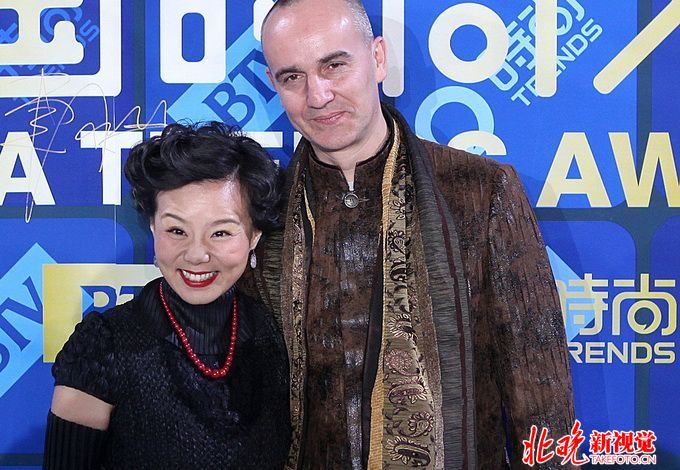 龚琳娜出新神曲《鸡鸣东方》 视频横跨北京地标场所与纽约街头