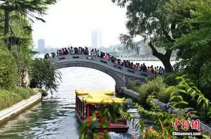 济南大明湖风景名胜区收费开放区域于2017年1月1日起对社会免费