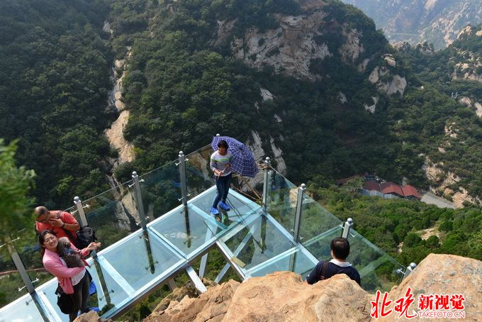 北京叫停景区新建玻璃栈道 体验惊险刺激同时安全令人堪忧