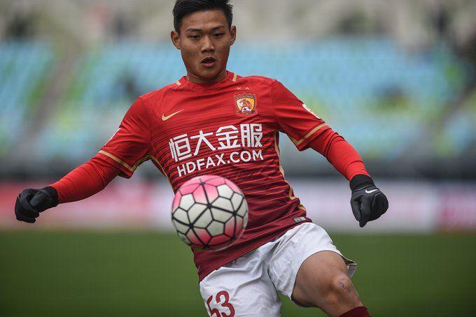廣州恒大隊球員葉國琛在比賽中停球 新華社記者劉續攝圖片