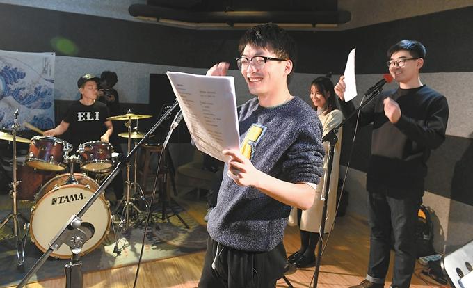 演唱会前陈昊每周有三天会在下班后跑去和乐队练习.