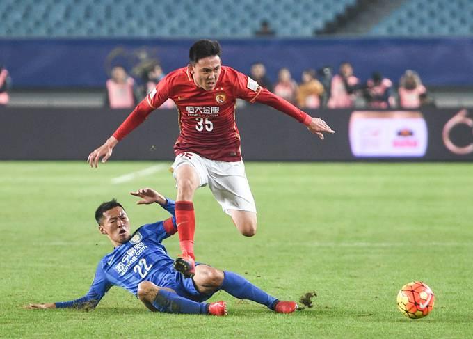 廣州恒大淘寶隊球員李學鵬在比賽中爭搶新華社記者楊磊攝圖片