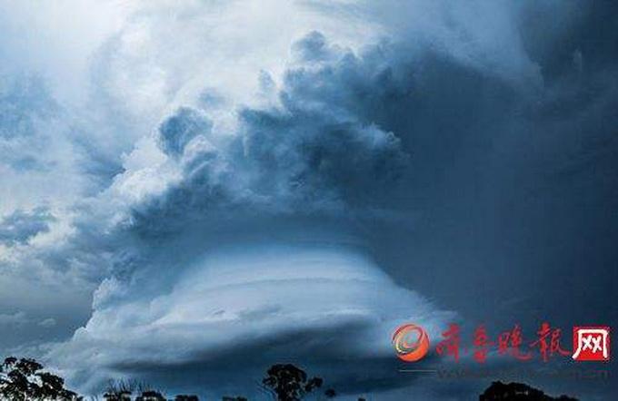 飞机飞行在哥伦比亚亚马逊上空,惊雷震耳欲聋闪电划破厚重的积雨云,同