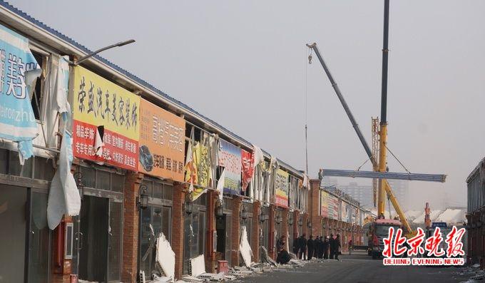 北京石景山区八角街道联合执法拆除汽配城