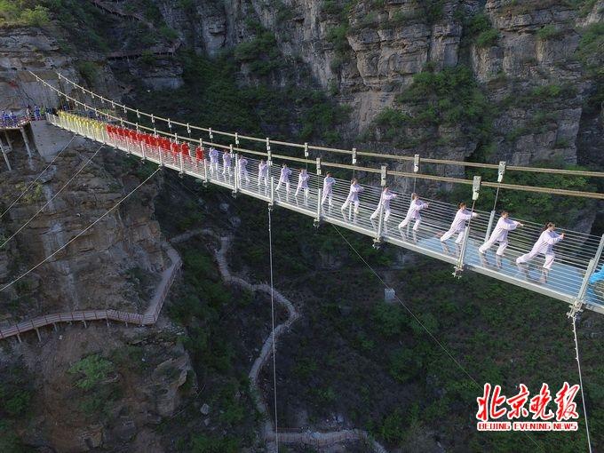 """新闻 北京  作为乐谷银滩景区方,在""""银河""""玻璃吊桥建成之日,迎来了"""