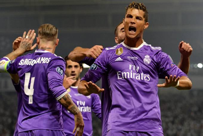 比赛中c罗梅开二度,以12球超过梅西,成为本届欧冠最佳射手.图片