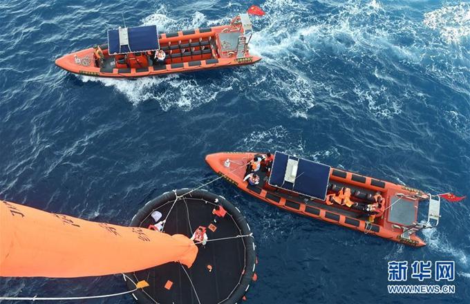 外国少女人体?_同时指导遇险船舶上28人通过海上垂直撤离系统弃船逃生.