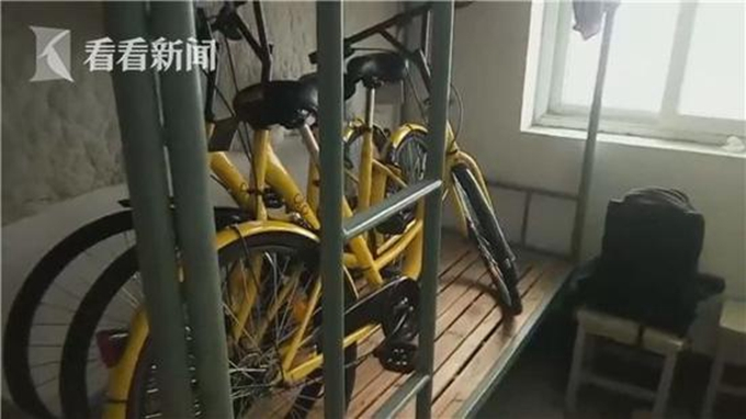 老人强占共享单车 此前已被他人解锁 大爷仍推回自家