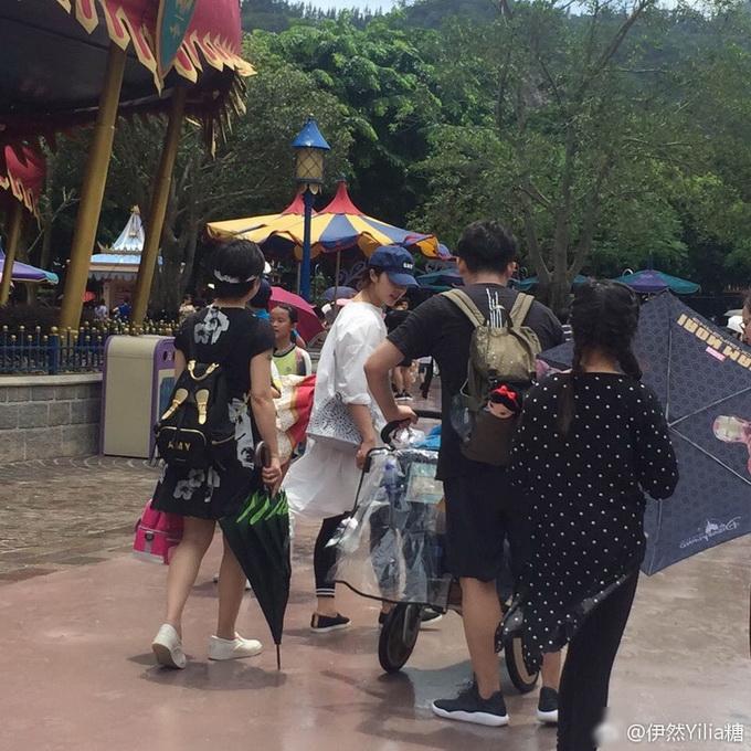 彻底圆满!黄磊小儿子满月 全家游香港迪士尼画面其乐融融 网友:看着都开心