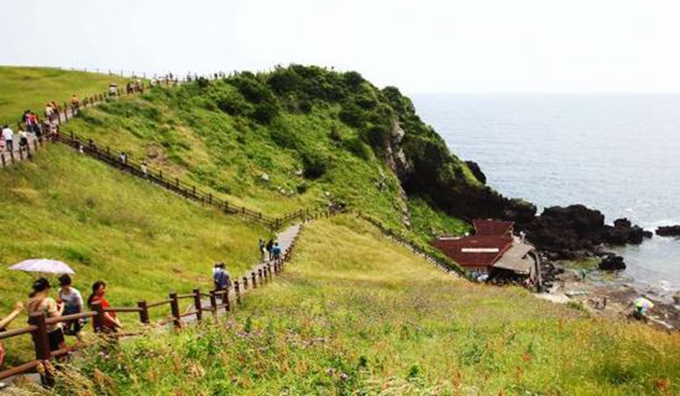 资料图片:游客游览韩国济州岛著名景点日出峰 新华社记者姚琪琳摄