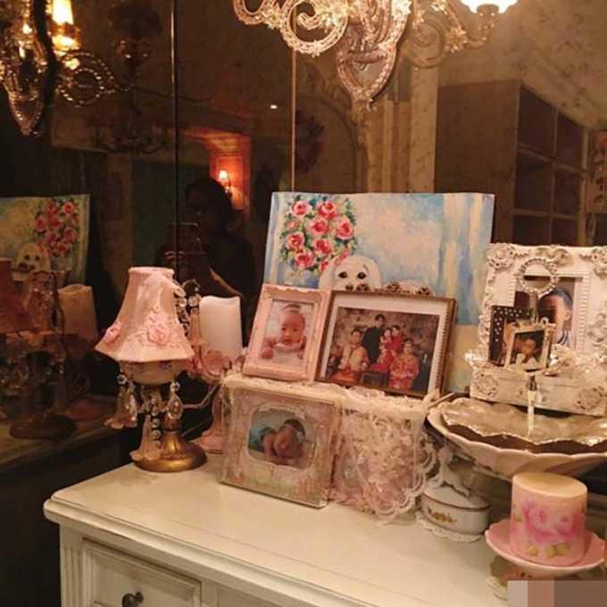 装修是欧式风格,十分温馨,桌子上也摆着家人们的照片.