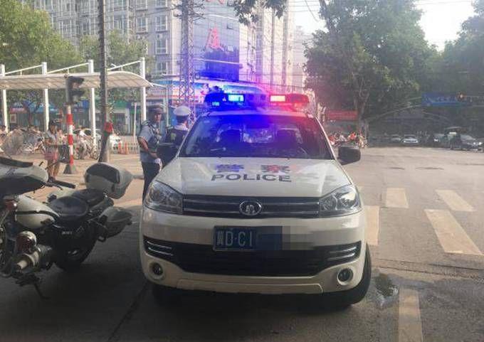 警车挂民用牌照:市民感觉这些车辆不伦不类 交警支队回应将去除标识