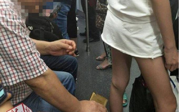 曝武汉地铁恶心男 偷拍女子裙底行为无耻当场被抓