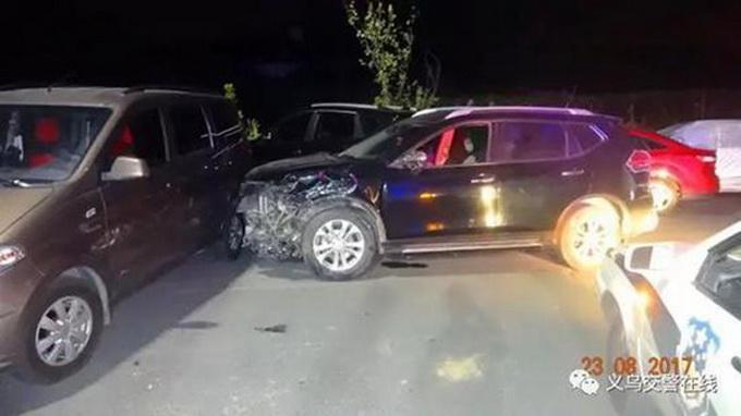 男子醉驾连撞15车再砸5车 8岁儿子向警方指证
