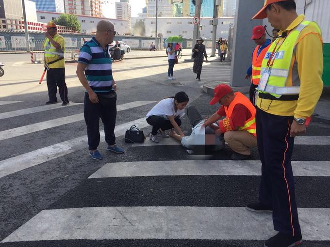 东大桥路口一男子突发急病 热心路人和协管员帮忙急救