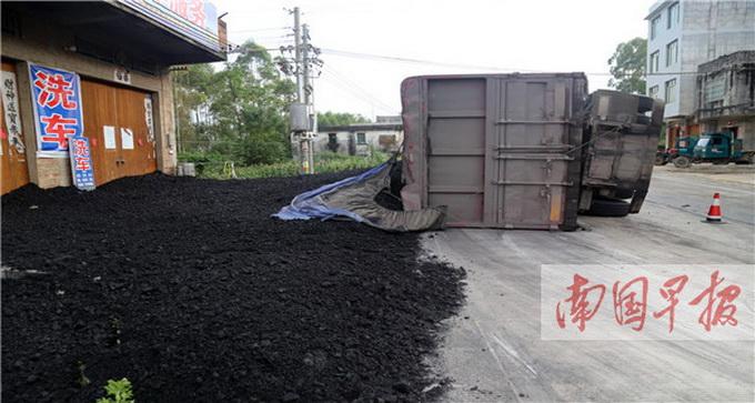 运煤车侧翻煤撒了一地 店主称\