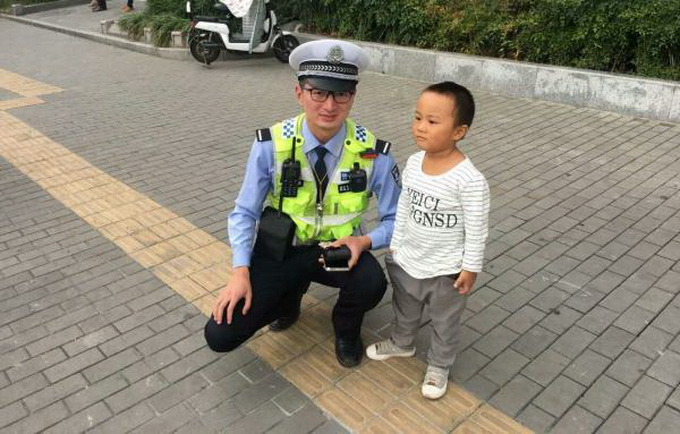 捡1角纸币交警察 网友:给赞!2岁小朋友儿歌没白听