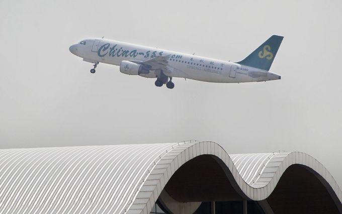 该条广州直飞新加坡航线每周三班,单程空中飞行时间约4小时,单程直飞含税机票价格最低为427元(人民币,下同),比市场上其他航空公司的同类航线报价便宜了数百元。春秋航空还将入驻新加坡樟宜机场T4航站楼为旅客提供服务。 中国十一国庆黄金周过后,航空、旅游业均将进入一年中的淡季,据春秋航空提供的数据显示,10月27日,广州直飞柬埔寨金边、广州直飞柬埔寨暹粒单程含税机票价格均低至517元,广州直飞泰国曼谷单程含税机票价格为526元。 中国在线旅行社驴妈妈相关负责人告诉记者,中国国庆节到圣诞节期间,受供需关系