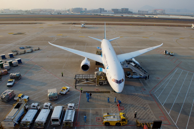 据了解,厦门航空MF8253航班10日12时58分在郑州新郑国际机场降落后,13时09分开舱。13时20分左右,一位乘务员在由配餐车返回机舱时从后舱门跌落至停机坪。所幸的是,现场视频显示,这名空姐在跌落瞬间曾抓到舱门,而后又跌落到地面,跌落过程中有了一个缓冲。 据了解,这架飞机机型为波音737-800,舱门距离地面2.