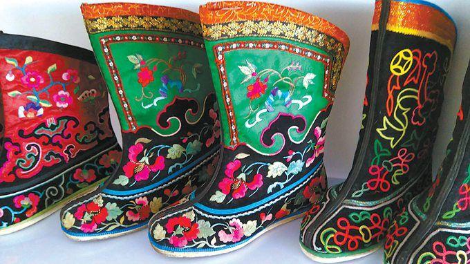 她的蒙古族服装制作及刺绣手艺是从母亲那学来的,小时候天天看母亲裁