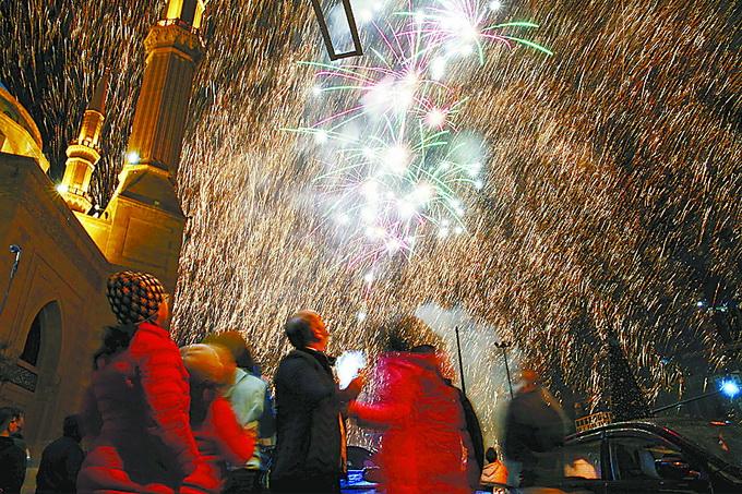 """世界各地喜迎新年:凯旋门""""照亮""""2018 雅典上空烟花灿烂"""