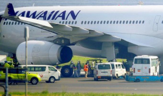 据悉,夏威夷航空HAL446客机,原定于当地时间2017年12月31日晚间11时55分,自奥克兰起飞,延误10分钟,改为2018年1月1日零时5分出发。 这短短10分钟延迟却造成一个奇妙巧合,该班机自2018年出发,于檀香山时间2017年31日上午10时16分抵达。 美国广播公司第7台(ABC7)交通线记者斯维尼(Sam Sweeney)稍早在推特提到这个有趣意外,他写道:因为意外延误,夏威夷航空HAL446班机在2018年起飞,并将在2017年降落。 #时空旅行。 因为地理位置,新西兰、澳大利亚是全球前