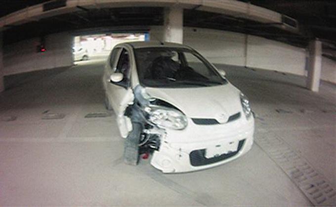"""男孩拿真车当""""碰碰车""""驾驶 撞坏30余辆新车"""