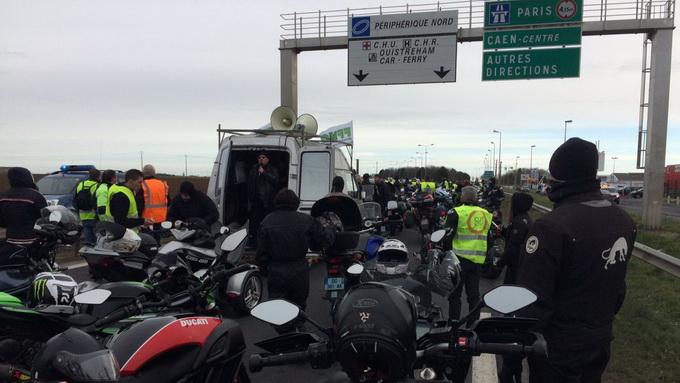 法国5000名摩托车骑手上街游行 抗议下调公路最高时速