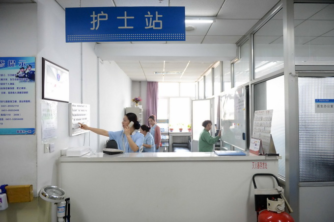 为了老人及时得到进一步治疗,徐丹给医院急诊科护士长刘迪打电话说明情况。武汉市中心医院急诊科立即安排医护人员推着平车火速赶往地铁站。 地铁到达江汉路站后,夫妻俩和有几位热心市民将老人抬出地铁,在抬病人的过程中,大家一路小跑,怀孕一个月的徐丹不慎被撞倒,腹部有些疼痛不适,但她坚持看到老人被平安送至医院后,自己才回医院做检查。 沈青松和众人将老人护送上了平车后,自己先行赶到医院。整个过程中,沈青松一直陪护在老人旁边,他还不知道此时妻子徐丹正在急诊科进行胎心监护,万幸的是胎儿没事。 在武汉市中心医院急诊科,医生检