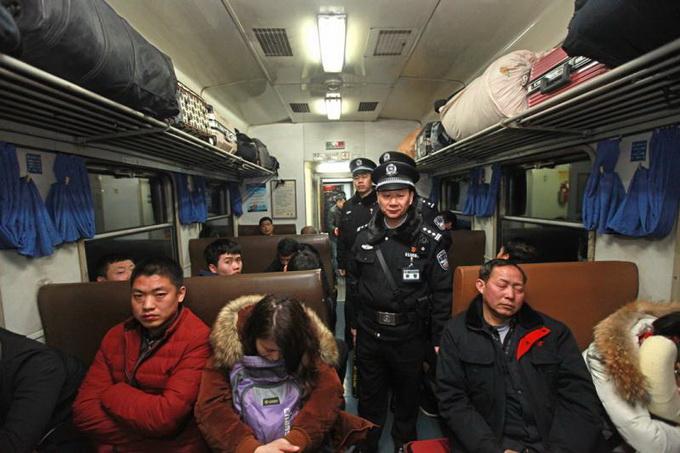 皇冠电子游戏网址:北京乘警查获大量鞭炮礼花_力保春运旅客返程安全