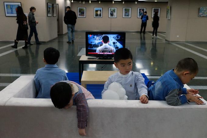 """赌博平台注册送10元:折射人人孤独的中国众生像:艺术家杨烨�缘摹肮露乐�""""行为艺术"""