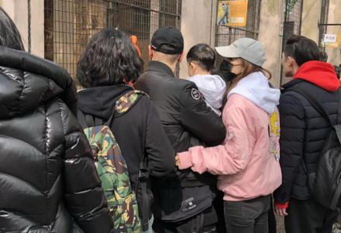 黄晓明逛街遭尬问 网友:心疼黄教主,不过奶奶好可爱