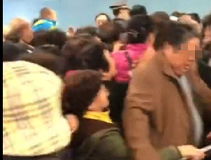 试乘挤爆地铁站 网友担心:大爷大妈你们腿好了?挤出点